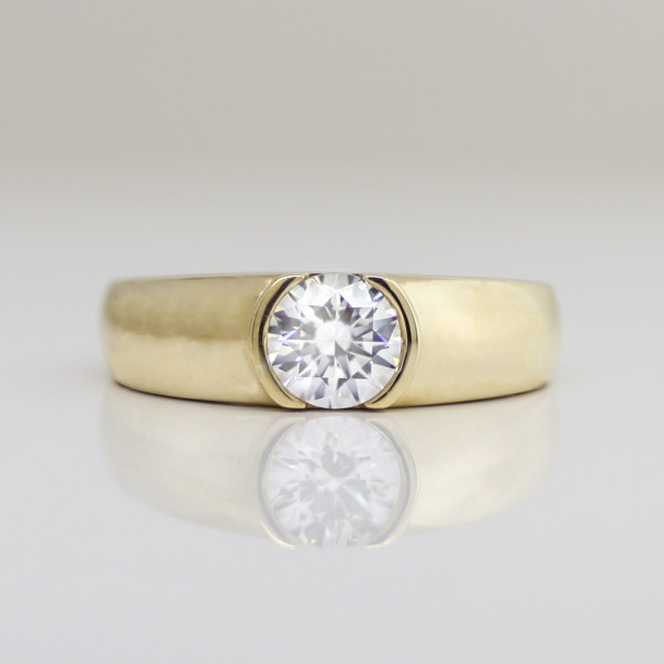 Luna with 1.24 Carat Round Brilliant Center - 14k Yellow Gold - Ring Size 4.75