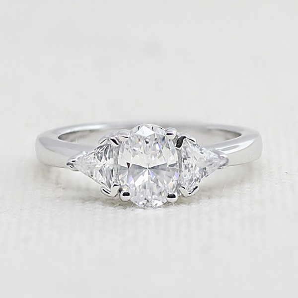 Timeless with 0.98 Oval cut center - 14k White Gold - Size 7.50 - 8.50